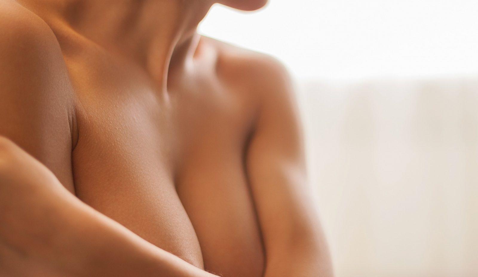 jovem pondera aumento mamário sem prótese