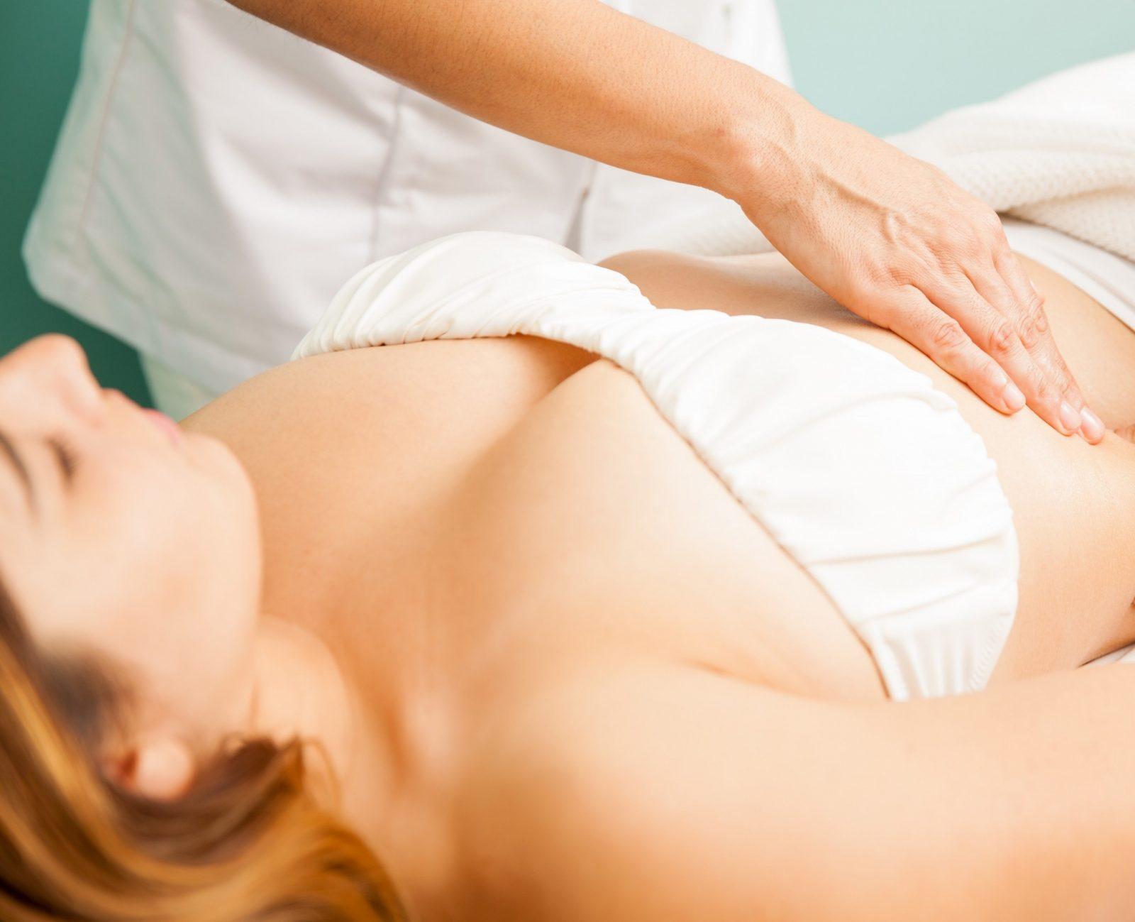 mulher faz massagem para recuperar dos excessos