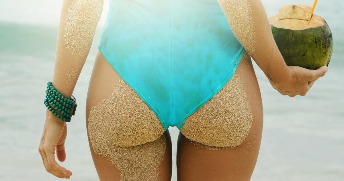 mulher de fato de banho azul após lipofilling de glúteos