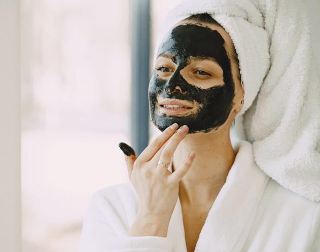 Poros dilatados; senhora com máscara facial
